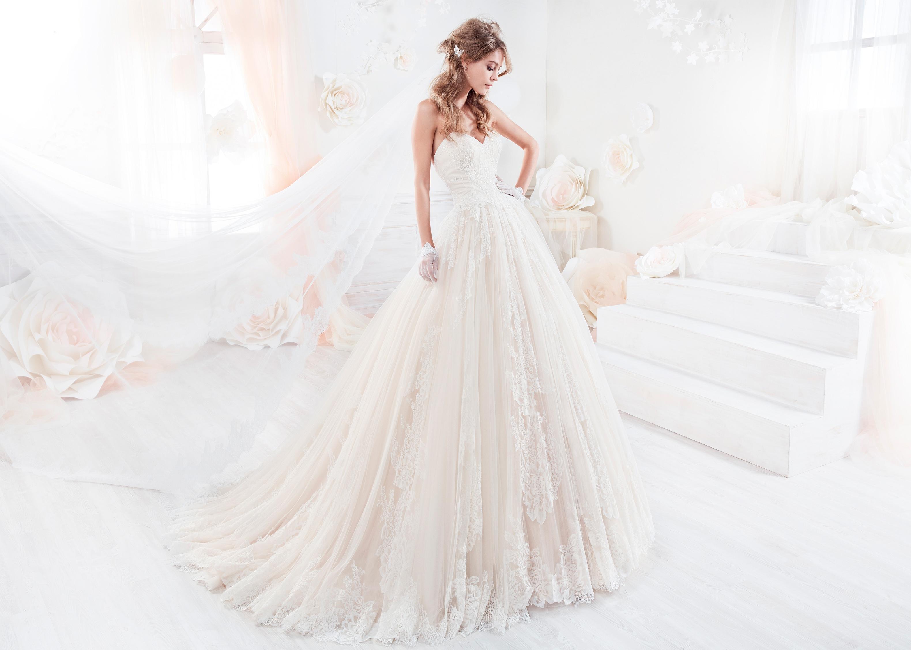 nicole-spose-COAB18317-Colet-moda-sposa-2018-scollo a cuore con pizzo chantilly e applicazioni sul fondo